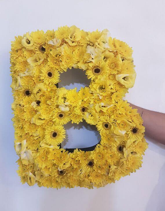 אותיות פרחים צהובים