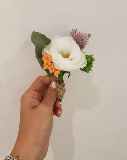 פרח לבן דש לבגד