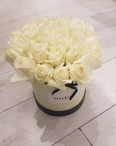 קופסת פרחים לבנה - ורדים לבנים