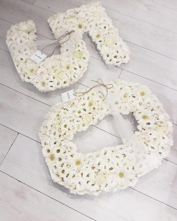 אותיות ומספרי פרחים בצבע לבן