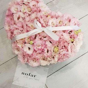 פרחים ורודים בקופסא צורת לב