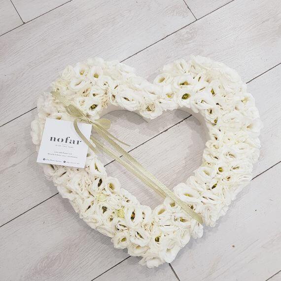 לב פרחים לבן לחתונה