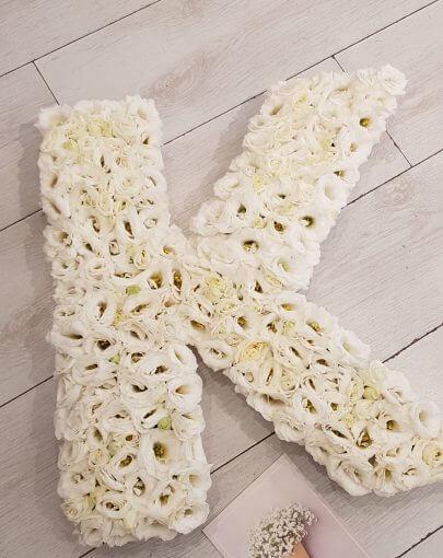 אותיות פרחים לבנים