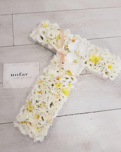 אותיות פרחים בגווני לבן צהוב