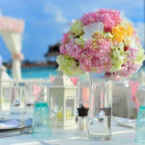 סידורי פרחים בשולחן חתונה