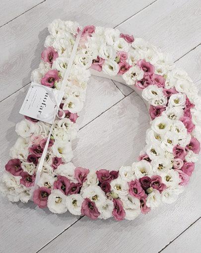 אותיות פרחים בגוונים לבן וורוד